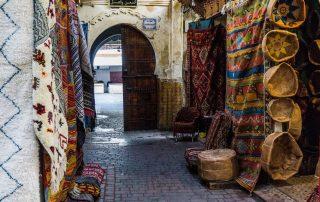 Strada di Fès con tappeti appesi ai muri