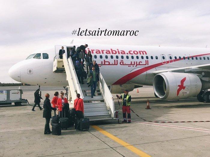 Fila di persone che scendono dall'aereo