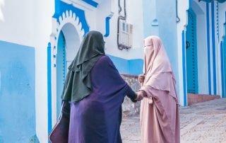 Due donne arabe tra Le vie di Chefchaouen la città blu del Marocco
