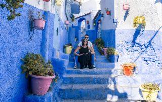 Francesco e Serena nelle vie di Chefchaouen la città blu del Marocco