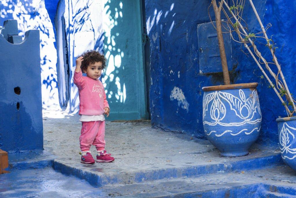 Una bambina di Chefchaouen la città blu del Marocco