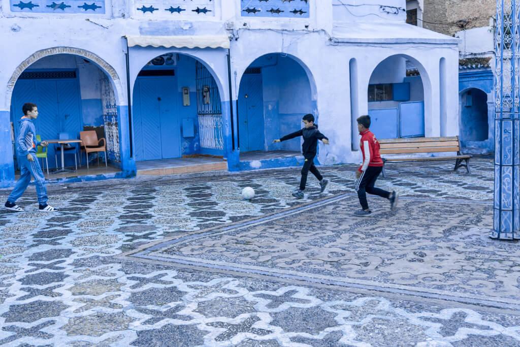 Bambini che giocano a pallone a Chefchaouen la città blu del Marocco