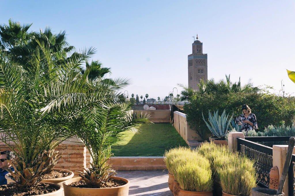 Terrazza con giardino e moschea sullo sfondo