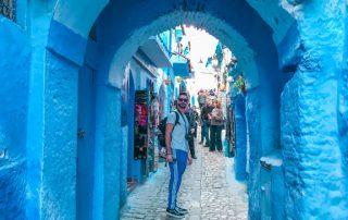 Francesco sotto l'arco blu di Chefchaouen
