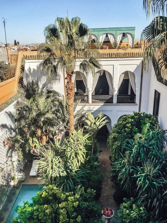 Cortile interno di un Riad pieno di piante e una piscina
