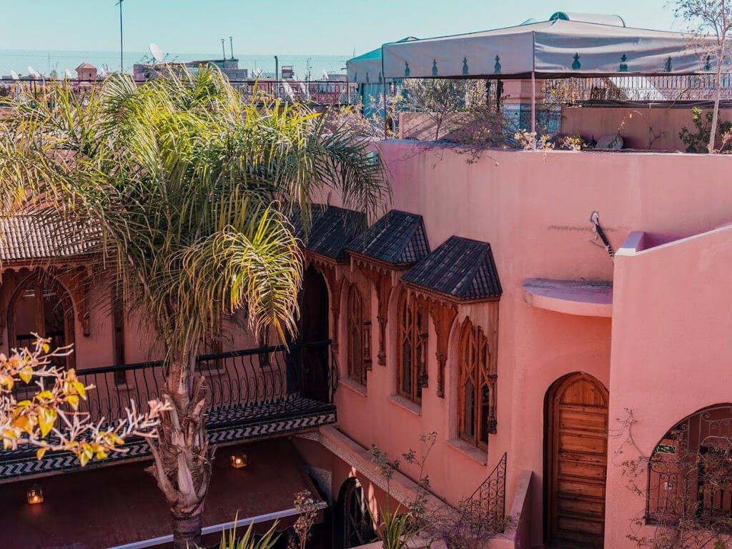 Riad fotografato all'esterno con pareti rosse