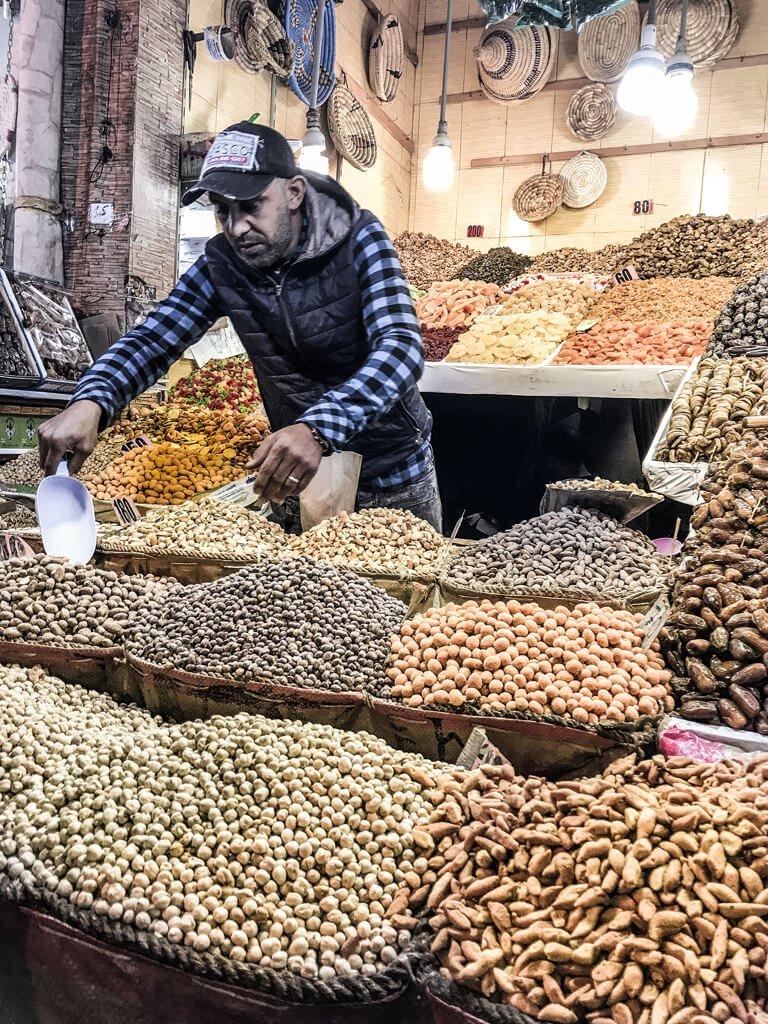 Marrakech - souk, banco di frutta secca