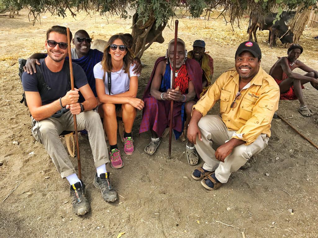 ragazzi seduti insieme ai Masai