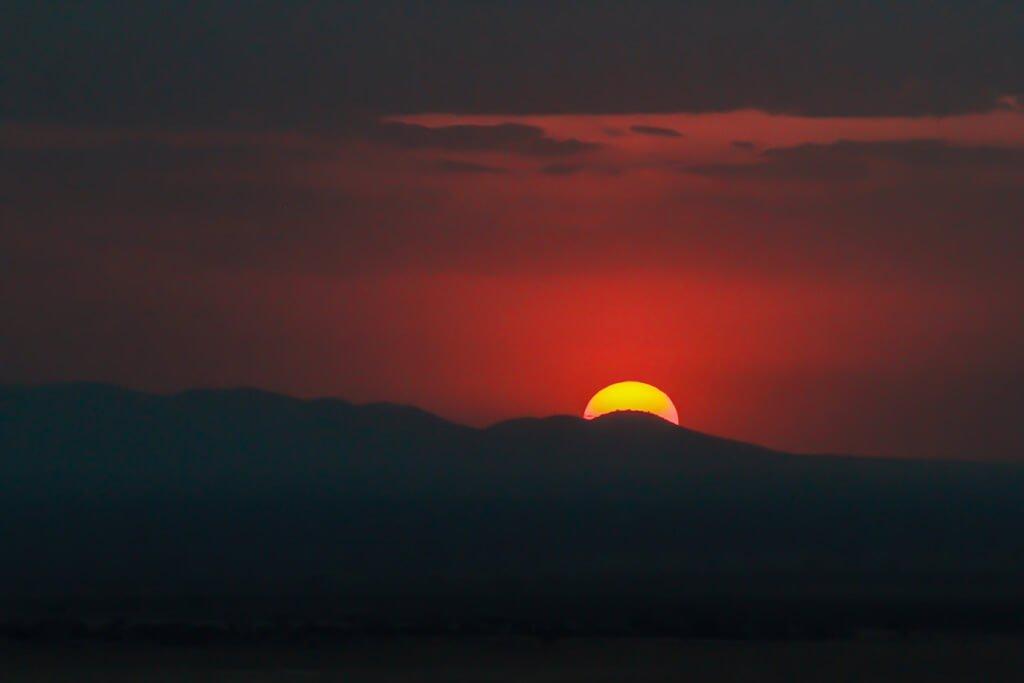 cielo rosso al tramonto nella savana