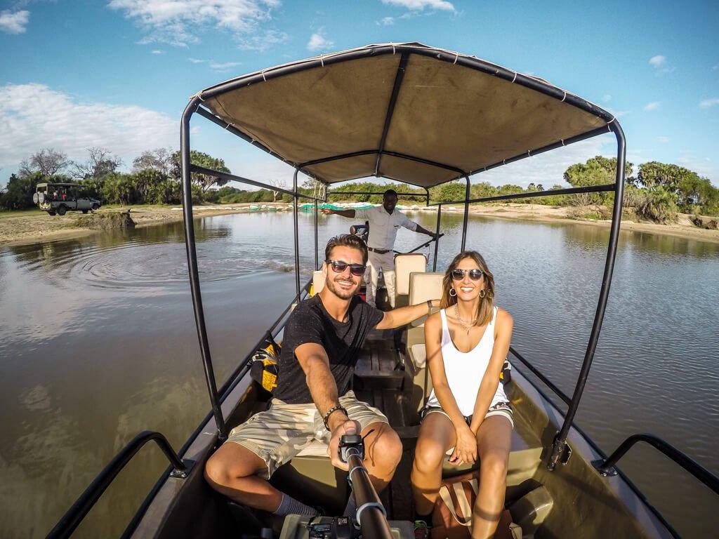 Selfie in motoscafo lungo la riserva di Selous