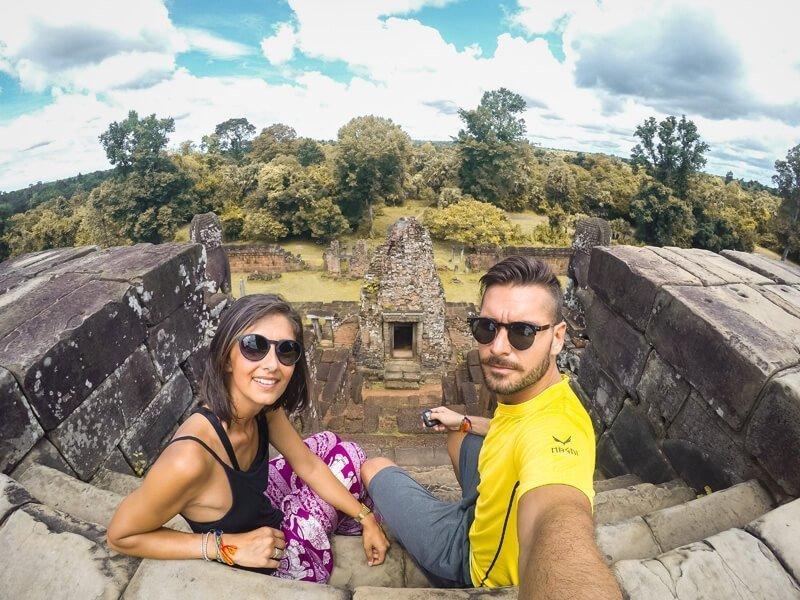 ragazzo e ragazza seduti in cima ad un tempio