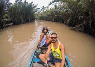 ragazzo e ragazza su canoa