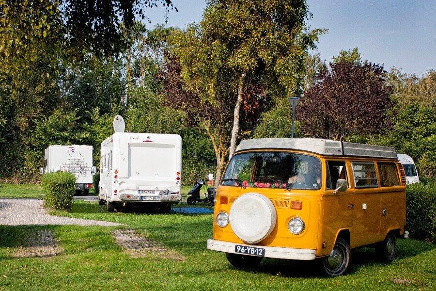 Viaggi in Camper_camper giallo in giardino
