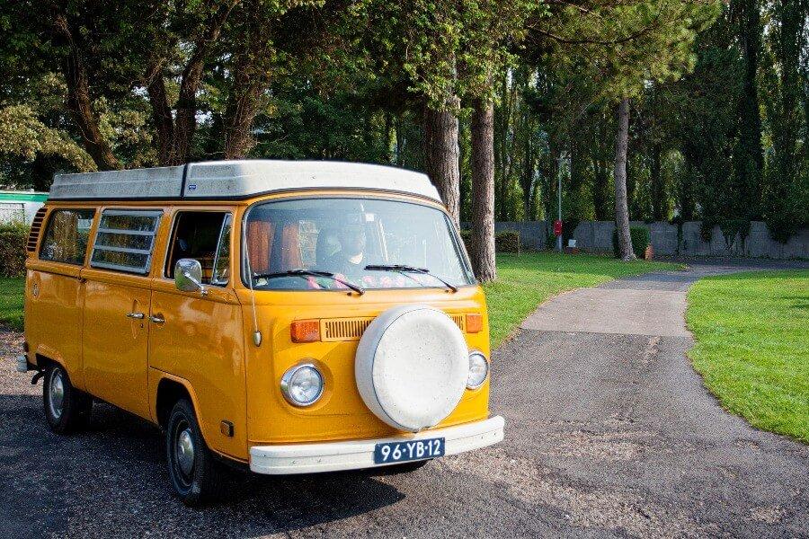 Viaggi in Camper_camper giallo su sentiero asfaltato